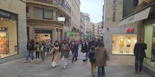 Gente en calles de Salamanca